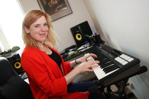 FIKS, FERDIG ARTIST: Karoline Amb ønsker å «si fra» om at en ny, fiks ferdig artist har flyttet til Tromsø. Hun har fem soloplater bak seg. Amb vedgår at det har en fallhøyde å gå ut i avisa på denne måten.