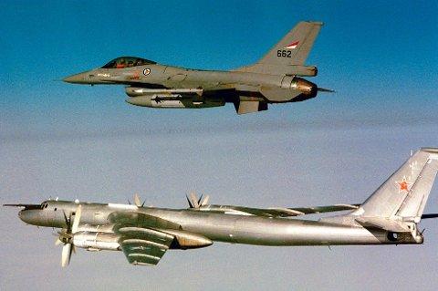 AVSKJÆRES: Her har norske jagerfly avskåret et russisk bombefly utenfor norskekysten.