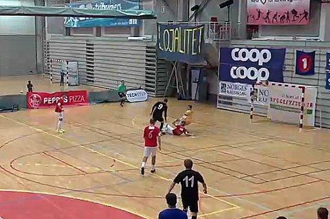 KLASSEMÅL: Her lurer Milos Vucenovic Hulløys forsvar og keeper på en gang og utliokner til 2-2 i kampen som Sjarmtrollan vant 4-2 til slutt.