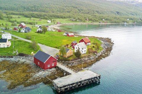 SOLGT: Finnkroken, som ligger på Reinøya i Karlsøy kommune, ble etablert som et tysk handelssted på 1800-tallet. Nå er hele eiendommen, med kai og utmark, solgt for syv millioner kroner.