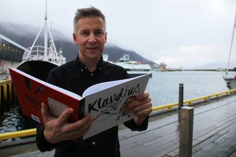 HEDRET MED BOK: iTromsøs avistegner Odd Klaudissen har jobbet fast i avisa i 30 år, og har nå blitt belønnet med en egen bok som har samlet hans beste tegninger. Klaudissen har et sjeldent yrke i Norge.