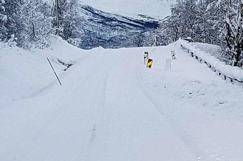HULL: Det ene kjørefeltet er sperret langs fylkesvei 293 utenfor Tromsø, like ved en bakketopp.