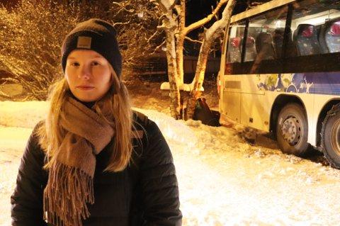 BOM STOPP: Elina Johansen Ijäs satt på Stakkevollan-bussen da den kjørte i grøfta ved Myreng på toppen av Tromsøya. - Jeg angrer på at jeg løp for å rekke denne bussne, sier hun.