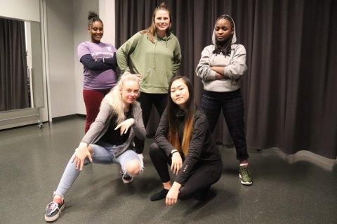GLADE I DANS: Fra venstre: Adiam Samved (15), Mariann Meszaros Josefsen, ansatt på Tvibit og Christine Simpyata (16). Foran står Michelle Proskoved (15) og Elise Eriksen (16) inne på dansestudioet på Tvibit. De fire tenåringene har allerede søkt om å få bli med på danseprogrammet Soul Sessions Communty, og gleder seg til å lære mer om dans.