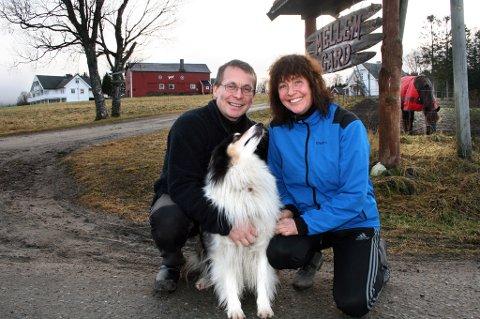 OMSORGSGÅRD: Børre Ertzaas og Tone Pettersen starter ny omsorgsbedrift på Espenes, noe hunden Tinka er helt med på.