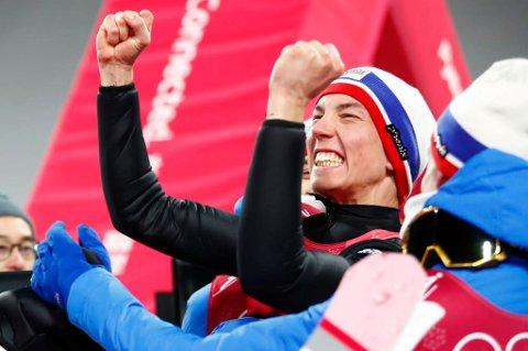JUBELGUTT: Johann André Forfang, her fra en tidligere hyggelig anledning i vinter-OL, sikret seg lørdag den tredje verdenscupseieren i karrieren. Den norske herrerekorden har Roar Ljøkelsøy med 11. Det er en nesten 13 år gammel rekord Forfang har som mål å slette.