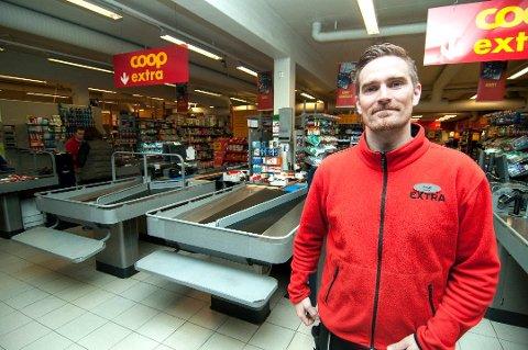 FÅR NY BUTIKK: Daglig leder ved Coop Extra Elverhøy, Jonas Fossan-Skøyen, stenger butikken den 29. desember. Når den åpner igjen til høsten, vil hele butikken bli ny. Arkivfoto: Jørn Normann Pedersen