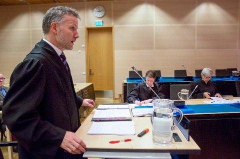 FORSVARER: Advokat Sven Crogh var forsvarer for den familievoldstiltalte 32-åringen. Mannen er nå dømt til fengsel i ni måneder. Her er Crogh avbildet i forbindelse med en annen rettssak.