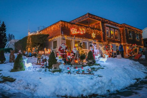 STEMNING: I helga kunne Bjørn Jarle Pedersen igjen tenne lysene på julehuset i Mellomveien i Tromsø.