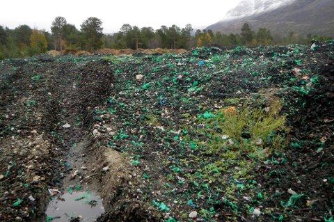 PLAST: Dette bildet ble tatt ved avfallsanlegget Origo Skibotn tidligere i høst. Biter av grønne avfallsposer ligger løst og spres lett i naturen.
