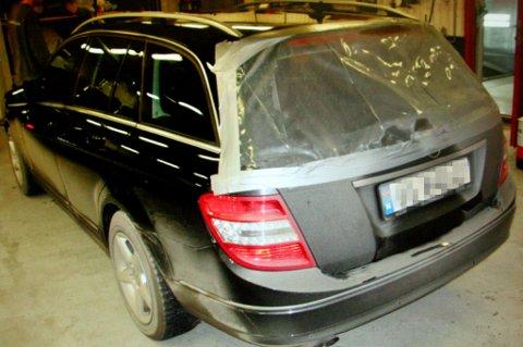 KNUST: Bakruta ble også ødelagt på denne bilen, som totalt fikk skader for 85.000 kroner under helikopterlandinga.