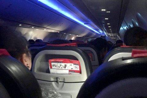 SENT HJEMME: Her sitter passasjerene om bord i Norwegians kveldsrute fra Oslo til Tromsø. De kom seg hjem til Tromsø, men måtte altså en tur innom Bardufoss lufthavn.