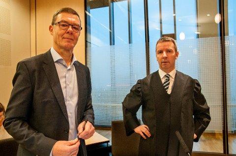 TAPTE: Terje E. Martinussen (til venstre) tapte søksmålet mot Norges sjømatråd. Her sammen med sin advokat Espen Johannesen i Nord-Troms tingrett.