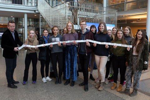 3.-klassingene fra danselinja på Kongsbakken tar imot billetter fra Morten Tidemann i Pellerin.