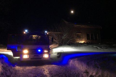 KOM SEG UT: Én person kom seg ut av en enebolig som tok fyr ved Oksfjordvannet i Nordreisa kommune torsdag. Brannvesenet fikk kontroll på stedet.