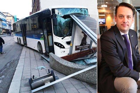 ROSTE SINE ANSATTE: Hotellsjef Aart Niemans roser sine ansatte som stormet ut for hjelpe etter bussulykken like ved hotellet tirsdag morgen. Foto: Stian Saur