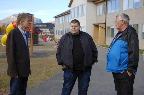 TAKKNEMLIG: De gamle lærerne til Jon Henrik, Eyvind Riis til venstre, og Tor Strand til høyre, i skolegården ved Salangen skole. Foto: TV3