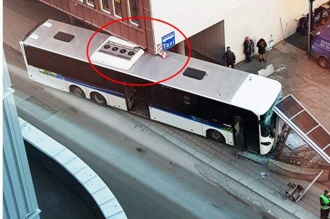 Her ser man tydelig at bussen har kilt seg fast under hushjørnet som stikker ut på Austad-bygget. Foto: Nordlys-tipser