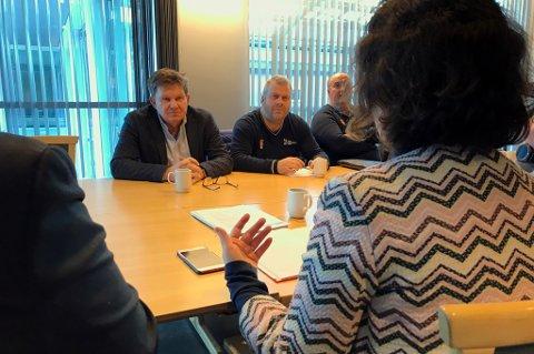 LOVER BEDRING: Tromsø-ordfører Kristin Røymo (med ryggen til) fikk torsdag høre hvor kritisk håndballen mener anleggssituasjonen i Tromsø er, og sa seg helt enig i det. Her i samtale med (f.v.) håndballpresident Kåre Geir Lio, styreleder Øyvind Togstad i forbundets region nord og regionens daglige leder Svein Olav Øie.