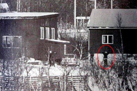 PÅGREPET:  Her blir den nå 48 år gamle mannen pågrepet etter en ti timer langvpolitijakt i 1996. Da hadde han knivstukket og drept to tilfeldige pensjonister i Dyrøy kommune.