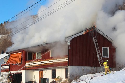 OVERTENT: Eneboligen er overtent, og brannmannskapene kjempet mot flammene klokken 15 i ettermiddag.