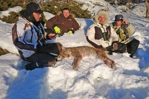 JAKTLAG: Her er jaktlaget etter at de hadde tatt ut gaupa. Det var fire mann som jaktet på dyret. Klokken 14.15 var gaupa felt. Foto: Privat