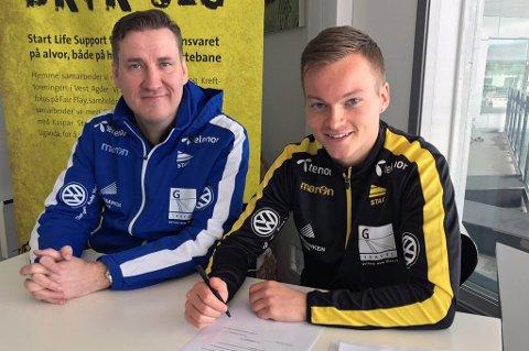 ENIG: Aron Sigurdarson (t.h) skrev tirsdag under en fireårskontrakt med Start. Sportsdirektør Tor-Kristian Karlsen (t.v).
