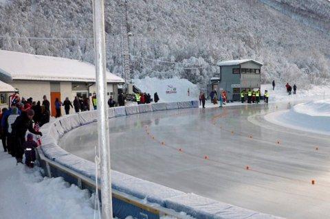 PÅ LÅNT TID: Skøytebanen i Tromsdalen har blitt holdt åpen grunnet det kalde, stabile været i Tromsø. Kunstis produseres ikke grunnet en stor lekkasje av kjølevæske. Nå skal anleggets fremtid diskuteres på nytt.