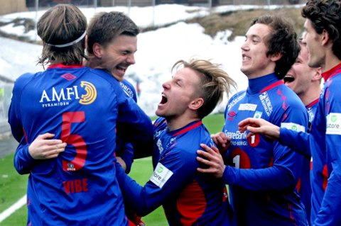 PÅ BESØK: Mathias Dahl Abelsen (midten) er på besøk hos eliteserieklubben Stabæk denne uka.