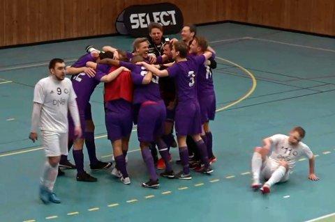 SKUFFELSE: Milos Vucenovic (t.v) og Jonas Simonsen (t.h) depper mens Sandefjord-spillerne jubler for seriegull i det sluttsignalet gikk.