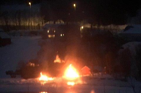 FLAMMER: Brannvesenet rykket lørdag kveld ut etter melding om flammer i Ramfjord.