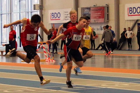 UM-SØLV: Elias Ludviksen (t.h) fra IL Pioner var bare tre små hundredeler fra å ta gull i Ungdomsmesterskapet i friidrett i 15-årsklassen.