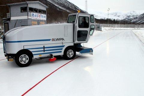 STRIDENS KJERNE: Det slitne anlegget i Tromsdalen er et av flere idrettsanlegg i Tromsø som sliter med å tåle tidens tann. Skøytemiljøet i byen er frustrert over at de ikke kan rekruttere når de aldri kan gå inn i en ny sesong og vite med sikkerhet hvor lenge anlegget kan stå åpent. For tiden sier Tromsø Skøyteklubb at de selv drifter en naturisbane.