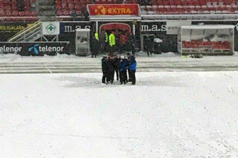 DISKUSJON: Dommer Sigurd Smehus Kringstad pratet med trenere og representanter fra hvert lag før avgjørelsen om å utsette kampen ble tatt.