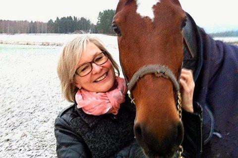 UT AV SADELEN: Sissel Haugslien har trukket seg som prosjektleder etter krangel med styret i Midt-Troms Hestesportsklubb.