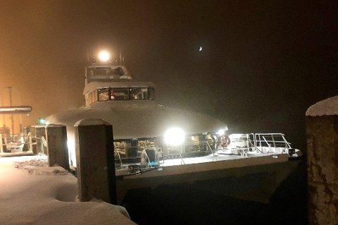 Hurtigbåten Fløyfjell ved kai etter at den gikk på isflak i Gisundet.