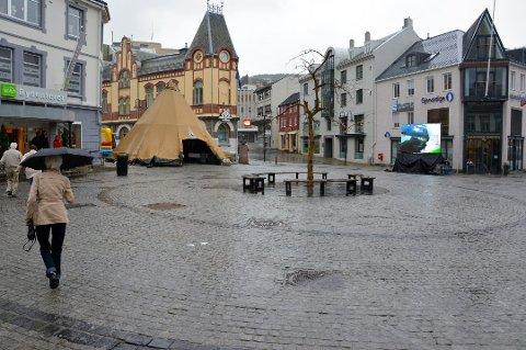 KRANIEBRUDD: Voldsepisoden fant sted her på torget i Harstad i oktober 2016. Nå er to menn dømt etter at en tredje mann ble påført kraniebrudd.