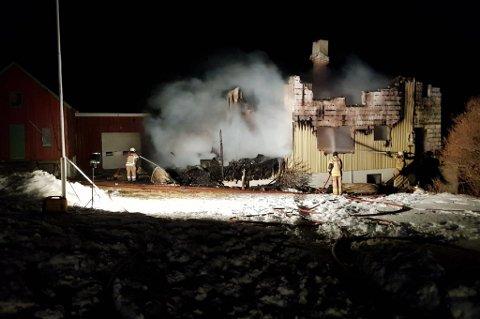 Dette huset ble totalskadd i brann i natt. Foto: Rnne Ottarsen