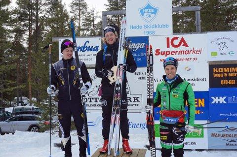 GLAD GUTT: Torstein Stenersen i midten og øverst på seierspallen for tredje gang under svensk mesterskap i skiskyting. 29-åringen fra Målselv satser nå på suksess med sitt Sverige under VM på hjemmebane i Östersund neste vinter.