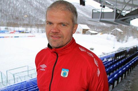 AMBISJONER: Gaute U. Helstrup er klar for sin åttende sesong som TUIL-trener på et, per nå, snøkledd TUIL Arena, men legger ikke skjul på at han har ambisjoner ut over 1.divisjon med TUIL. Han mener også bråket som preget egen klubb i vinter var sunt og kan være fruktbart for fremtiden.