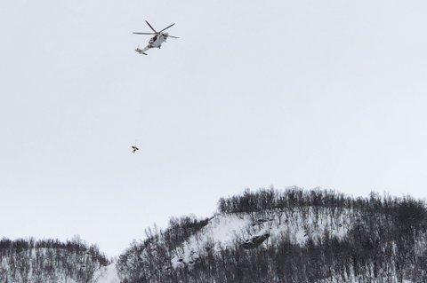 REDDET: Her blir personen som ble skadet i skredet hentet av helikopteret.