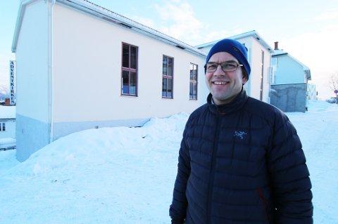 NY KRIKE: Tom Angelsen, pastor og leder for Adventistsamfunnet Nordnorsk distrikt, forteller at salget skal sikre finansiering for den nye kirka.