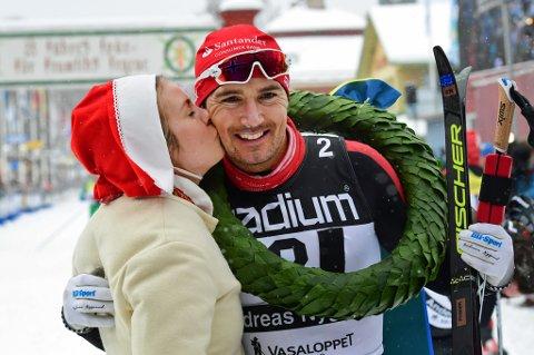 "SEIER: Andreas Nygaard etter at han vant Vasaloppet 2018. ""Kranskullan"" Sara Wadman deler ut krans og gratulasjonskyss.  Foto: Ulf Palm/ TT / NTB scanpix"
