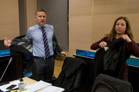 FORSVARER: Advokat Anja Støback Bjørsvik, her sammen med kollega Sven Crogh, er forsvarer for mannen som onsdag ble varetektsfengslet, siktet for ett av 13 boliginnbrudd i Tromsø i 2018.