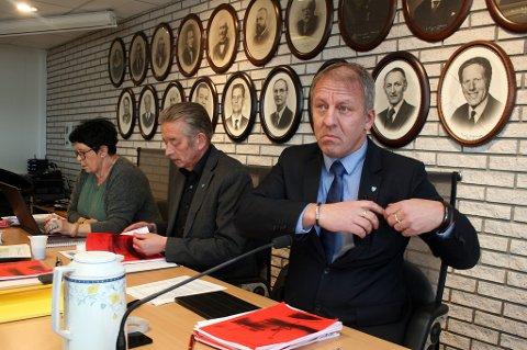 Ordfører Geir-Inge Sivertsen (H) måtte tåle hard kritikk fra halve kommunestyret i Lenvik. Rådmann Bjørn Fredriksen (midten) lover ekstremt fokus på habilitet framover.