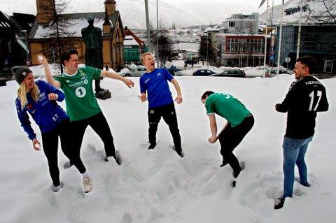 TØFFE BATALJER: Fem lag fra Troms Fotballkrets gjør opp i årets 3. divisjon avdeling 6, der du kan se absolutt alt av kamper direkte som Nordlys-abonnent. F.v. Eline Torneus (Skjervøy, trener), Vebjørn Valle Grunnvoll (Finnsnes), Christer Johnsgård (Senja), Dan-Roger Roland (Fløya) og Tom Karlsen (Skarp).