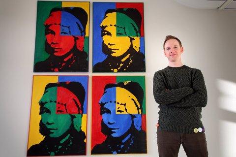 SUKSESS: Nordnorsk kunstmuseum har hatt enorm suksess med museumsperformancen Sami daiddamusea, som ble gjennomført for ett år siden. Nå har de vunnet Kunstkritikerprisen 2017 for prosjektet. Her er direktør Jeremie McGowan foran ett av verkene.