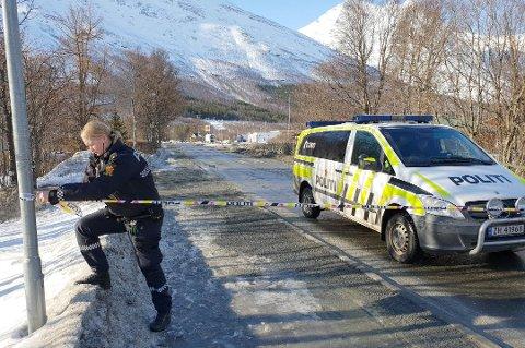 SPERRET AV: Politibetjent Janne Merethe Hansen strekker sperrebånd. Store områder på Vollan har vært sperret av i formiddag.