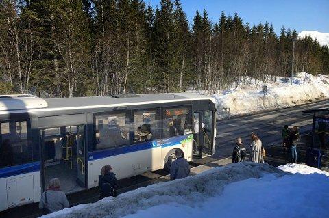 Her står bussen på busstoppet etter at den ene døra falt av. Foto: Nordlys-tipser