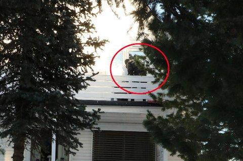 INNBRUDDSBØLGE: En politimann gjør undersøkelser etter innbrudd i en bolig i Idrettsveien etter et innbrudd i 17. februar. Det var til sammen 13 innbrudd i Tromsø i en periode på halvannen måned. Mannen er siktet for tre innbrudd, men politiet mistenker han for en rekke andre.